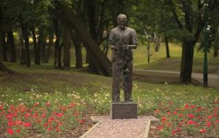 Róża Marylka i Kutno przy pomniku Bolesława Wituszyńskiego, Park Traugutta